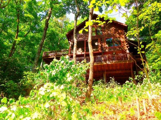 CRS MOUNTAIN RETREAT-2BR/1.5BA- BEAUTIFUL MOUNTAIN VIEW CABIN SLEEPS 4, HOT TUB, SCREENED PORCH, POOL TABLE, AIR HOCKEY, WIFI, AND PET FRIENDLY! STARTING AT $125 A NIGHT! - Image 1 - Blue Ridge - rentals
