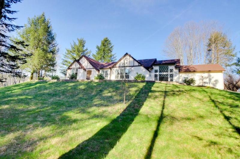 Luxury home w/private hot tub, 4 acres of gardens, weddings - Image 1 - Washougal - rentals