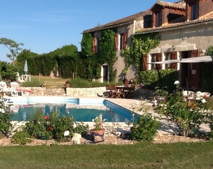 Rear view of terrace, garden and large freshwater pool - House/B&B with large pool, garden, full facilities - Bergerac - rentals