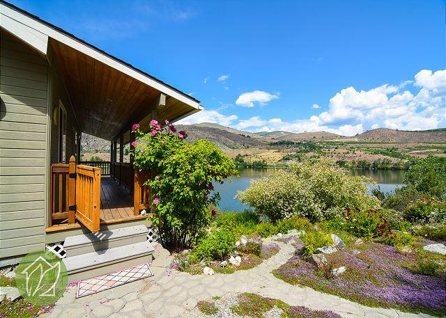Wapato Lake Waterfront Cottage by Sage Vacation Rentals - Image 1 - Manson - rentals