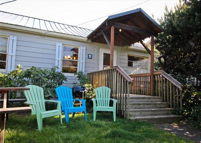 Large grassy fenced yard with covered entry deck, picnic table, charcoal BBQ and outdoor chairs. - SPINNAKER~MCA#1265~This lodge style cabin is perfect for your entire family! - Manzanita - rentals