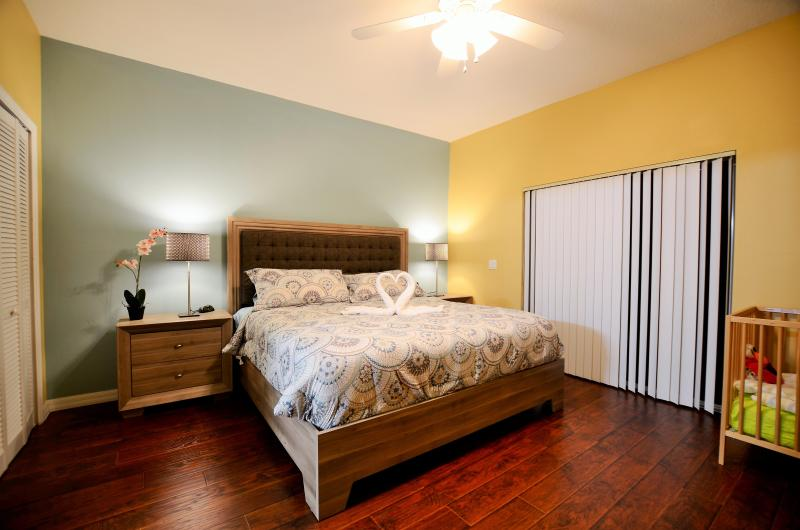 Master bedroom with king bed and inside bathroom - New opening 3br/2ba condo/lake view, 2 M to Disney - Kissimmee - rentals