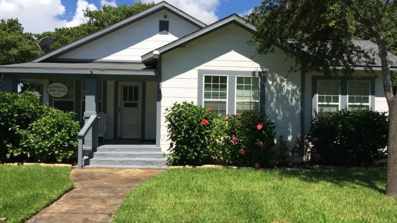Wood Street Cottage in  Rockport TX - Image 1 - Rockport - rentals