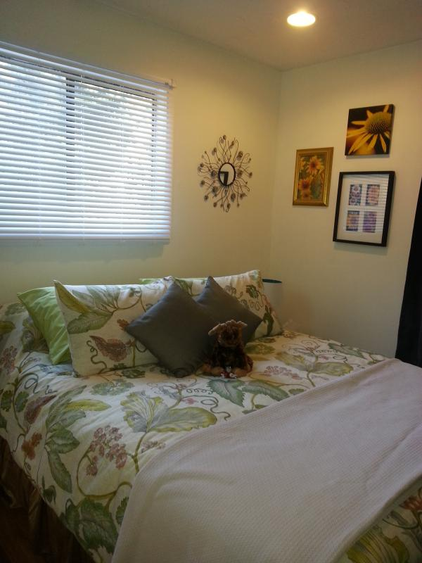 Comfy queen bed - The Little Place. - Comox - rentals