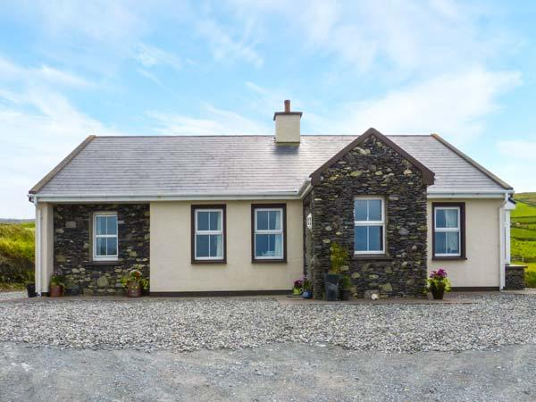 KITTY'S COTTAGE, detached, bright, WiFi, solid-fuel stove, views of sea and Valenita Island near Portmagee, Ref 925297 - Image 1 - Portmagee - rentals