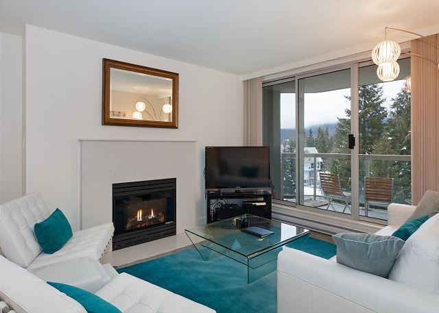 Contemporary Living Area with Gas Fireplace and Flat Screen TV - Woodrun Lodge #511 |  2 Bedroom + Den Ski-In/Ski-Out Condo, Shared Hot Tub - Whistler - rentals
