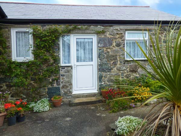 SARAH MAY'S COTTAGE, cosy cottage, WiFi, open plan living, off road parking, garden, in Helston, Ref 914398 - Image 1 - Helston - rentals