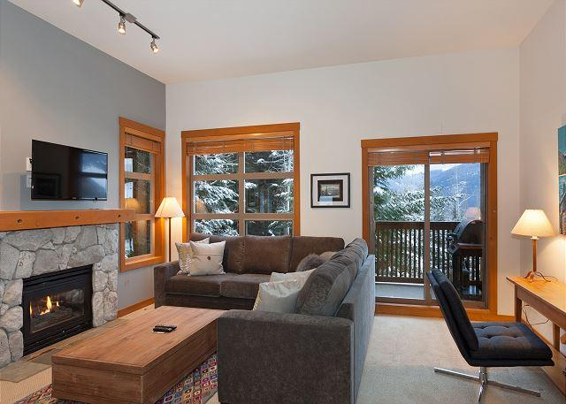 Main Living Room with Gas Fireplace, Flat Screen TV, Scenic View - Mountain Star #1 | 2 Bed + Den Townhome, Nearby Ski Access, Private Hot Tub - Whistler - rentals
