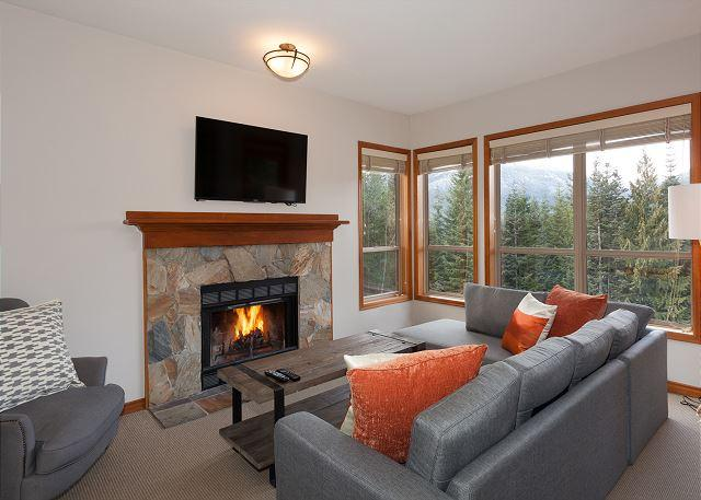 Open Concept Main Living Level - Painted Cliff 12 | Comfortable 2 Bedroom Ski In/Ski Out Townhome with Parking - Whistler - rentals