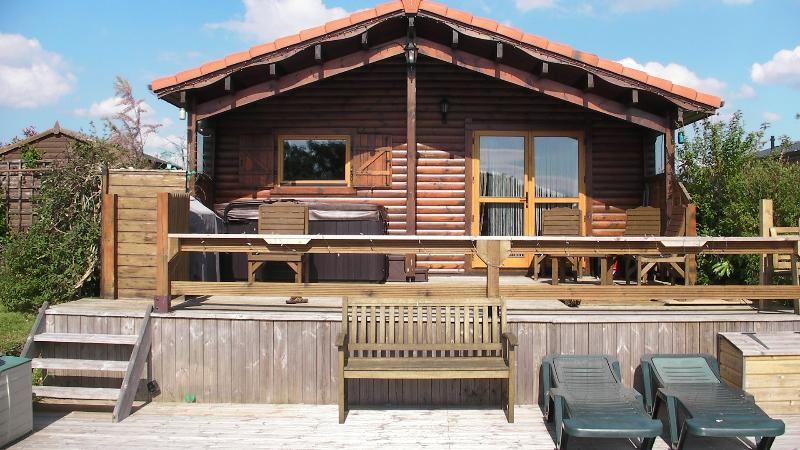 6 Misty Bay - Beautiful Lakeside Log Cabin inc Hot Tub, Sleeps 6 - Tattershall - rentals