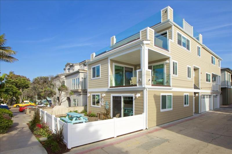 #3565 - Brand-new luxurious, 100 feet to the ocean, huge roof deck - Image 1 - Mission Beach - rentals