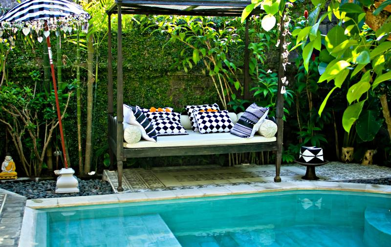 Sunbeds around the healthy pool, no chlorine added. The garden has a lot of privacy. - Stylish Villa with private pool in Seminyak, Bali - Seminyak - rentals