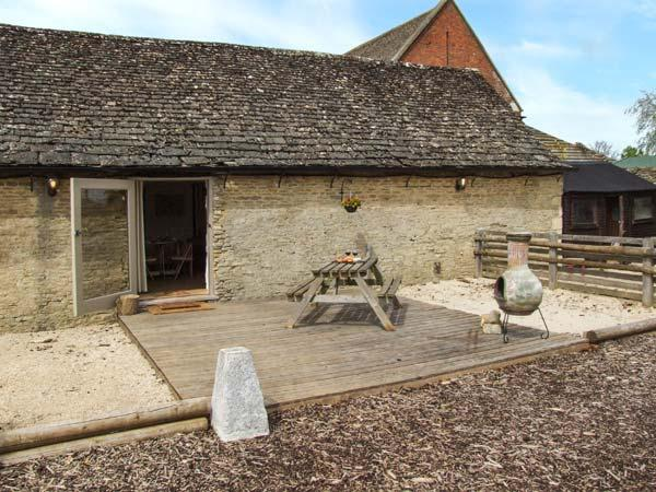BULL PEN, shared swimming pool, off road parking, decked patio, in - Image 1 - Lechlade - rentals