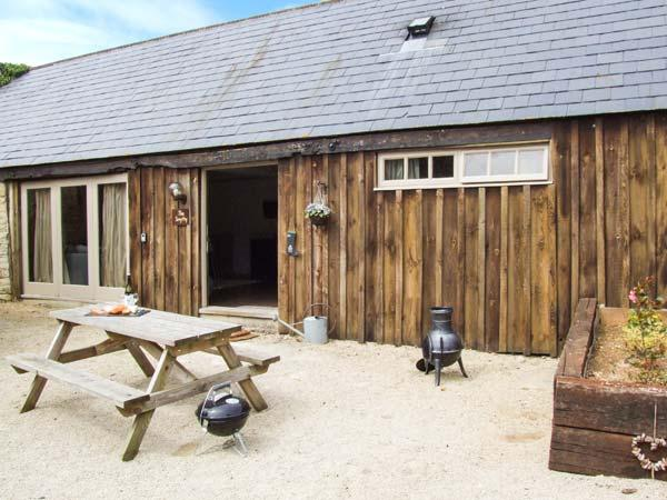 THE SMYTHY, barn conversion, parking, shared courtyard and swimming pool, near - Image 1 - Lechlade - rentals
