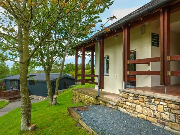 TREE TOPS, pet-friendly flat with en-suite, patio, holiday park setting near Kirkby Lonsdale, Ref 922791 - Image 1 - Kirkby Lonsdale - rentals