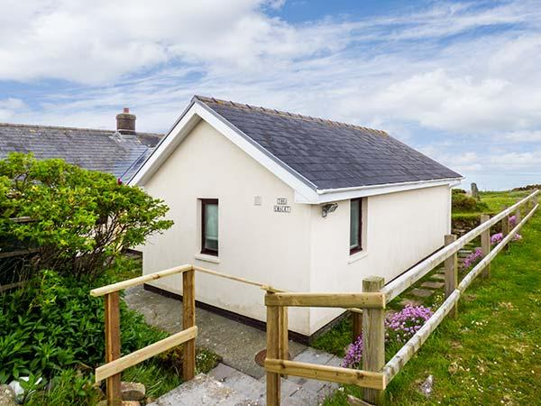 THE CHALET, sea views, open fire, WiFi, spacious and bright, chalet near Broad Haven, Ref. 923518 - Image 1 - Broad Haven - rentals