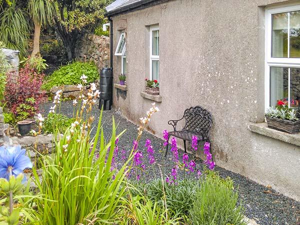 GABLE COTTAGE, detached, multi-fuel stove, pet-friendly, enclosed courtyard, in Roundstone, Ref 924976 - Image 1 - Roundstone - rentals