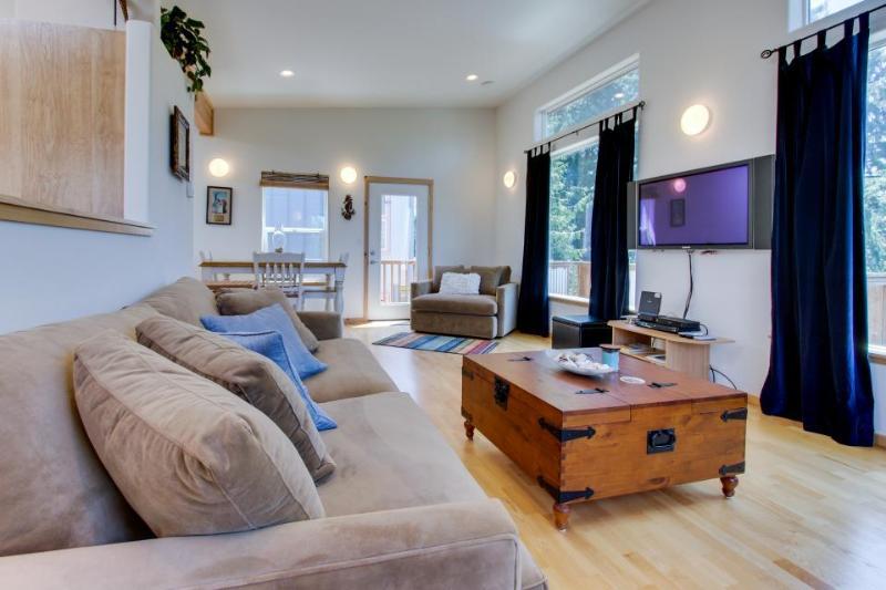 Modern and beautiful dog-friendly home with beach access! - Image 1 - Manzanita - rentals
