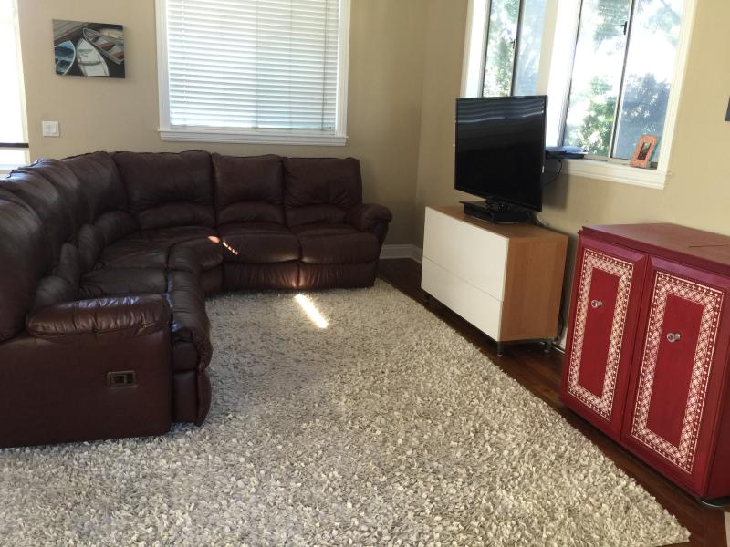 Comfy leather couch with recliners and large flat screen HDTV - Steps to the heart of Hermosa Beach and the ocean - Hermosa Beach - rentals