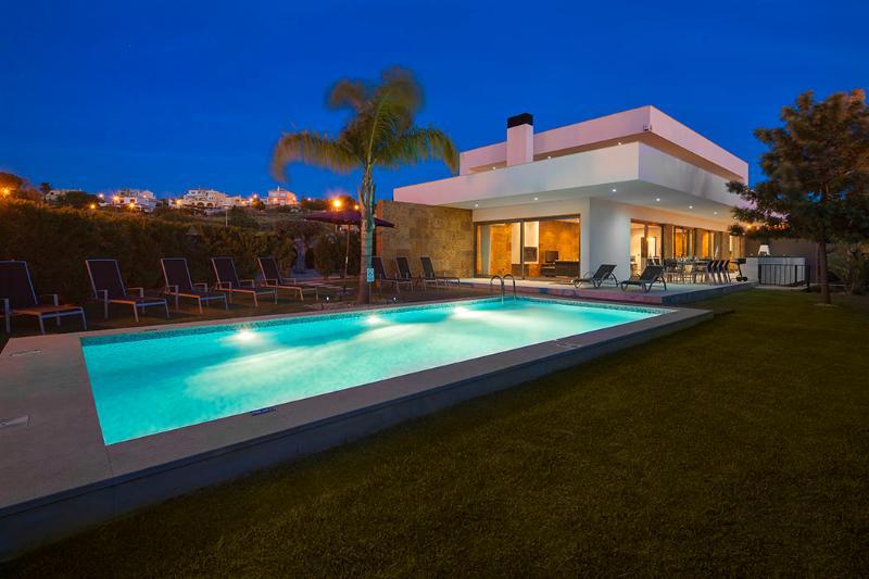 Villa Marina - Exceptional Contemporary 5 bed villa, walk to amenities, large games room - Image 1 - Ferragudo - rentals