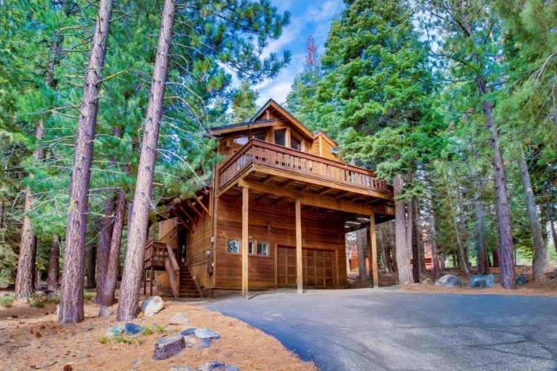 Lovely mountain home w/ a great deck, shared pool & hot tub! - Image 1 - Truckee - rentals