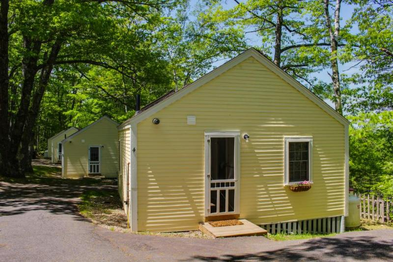 Cozy dog-friendly cottage convenient to Boothbay Harbor! Enjoy great views! - Image 1 - Edgecomb - rentals