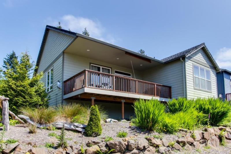 Gorgeous home w/ mountain views, well-appointed deck, jetted tub, game room - Image 1 - Rockaway Beach - rentals