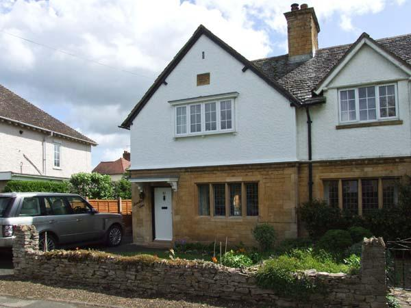 BREDON VIEW, end-terrace, three bedrooms, open fire, enclosed garden, in Broadway, Ref 917443 - Image 1 - Willersey - rentals