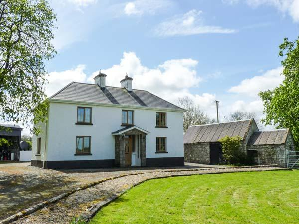 CAMMAGH COTTAGE, detached farmhouse, woodburner, en-suites, football table, near Ballinamuck, Ref 923601 - Image 1 - Drumlish - rentals