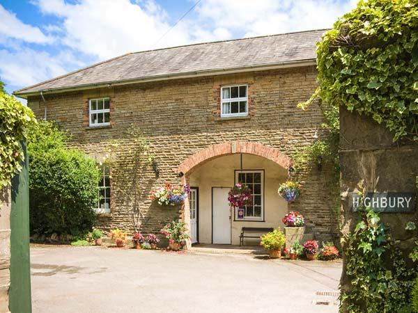 CARRIAGE APARTMENT, all first floor in Grade II listed coach house, parking, garden, in Lydney, Ref 924554 - Image 1 - Lydney - rentals