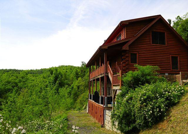 Double decks-plenty of room for enjoying the cool mountains! - Spacious Cabin W/Mountain Views, Pool Table, Hot Tub, WiFi & Pets Welcomed!! - Fleetwood - rentals