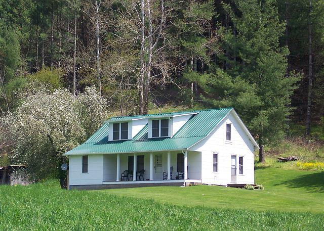 An economical getaway on the river! - Farmhouse with 180 Acres On New River - Spend A Spring Weekend On The River - Crumpler - rentals