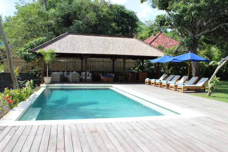 Beautiful Pool and Outdoor Living Area - Beautiful Absolute Beachfront Villa - Nusa Lembongan - rentals