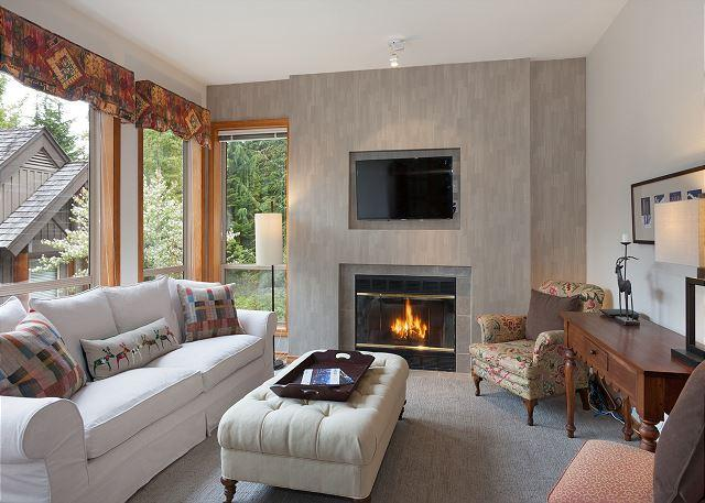 Cozy Living Room with Fireplace and Flat Screen TV - Painted Cliff #31 | 1 Bed + Den Ski In/Ski Out Townhome, Common Area Hot Tub - Whistler - rentals