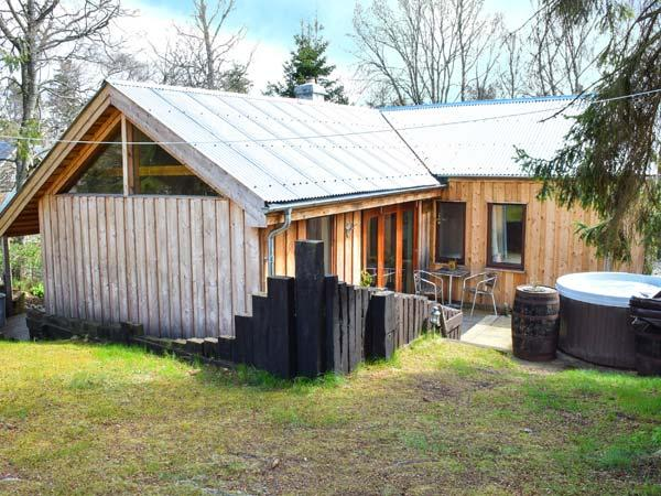 SUIDHE COTTAGE, detached timber cottage, with three bedrooms, decked area and - Image 1 - Kincraig - rentals