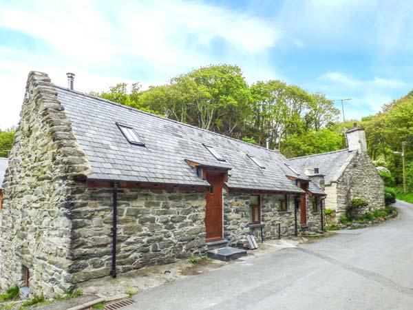 HENDOLL COTTAGE 2 upside down accommodation, woodburner, WiFi in Fairbourne Ref 916896 - Image 1 - Fairbourne - rentals