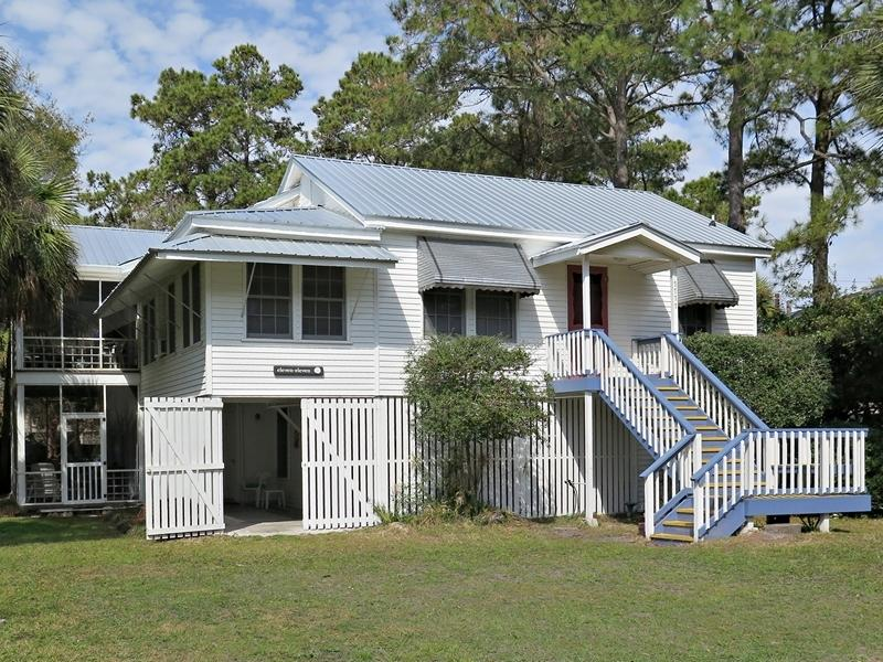 Large, attractive and comfortable - - the perfect place for that 'special occasion' vacation. - Classic Cottage with Unforgettable Personal Touch - Tybee Island - rentals