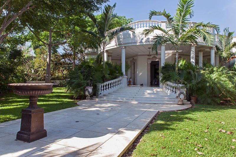 The main facade and fountain at the entrance - Villa San Carlos - Merida - rentals