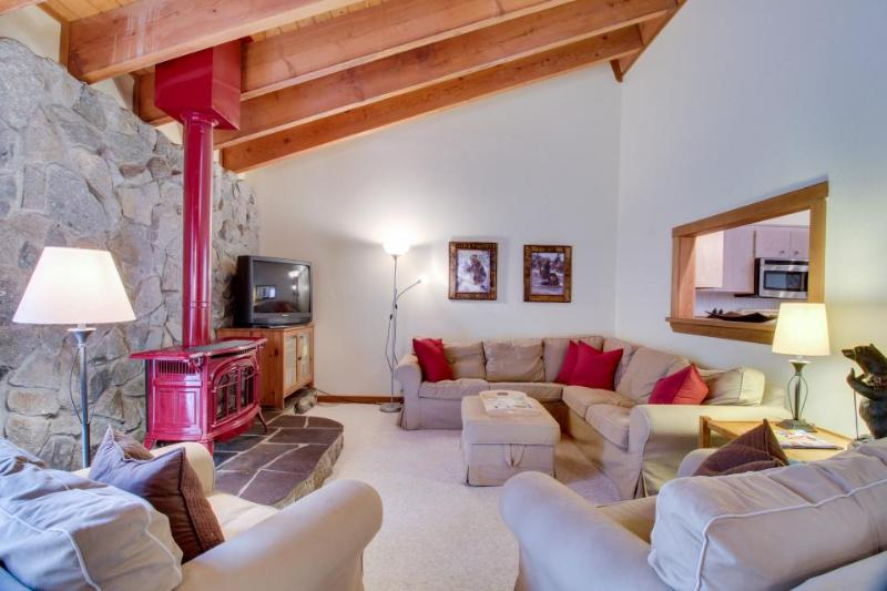 Great Tahoe Donner amenities including shared hot tub and pool! Walk to golf! - Image 1 - Truckee - rentals