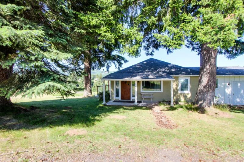 Spacious dog-friendly cottage with gorgeous mountain views! - Image 1 - Parkdale - rentals