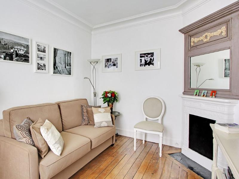 Sitting room - French Flair - Budget 1 bedroom Montmartre for 4 - Paris - rentals