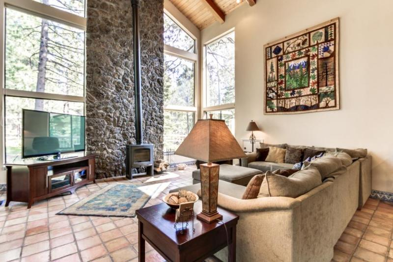 Luxurious home w/ close ski access, private hot tub & SHARC passes! - Image 1 - Sunriver - rentals