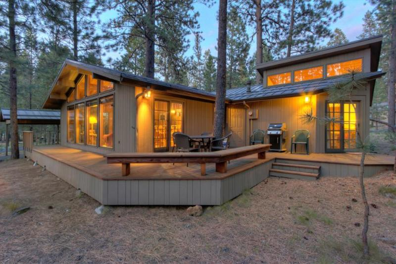 Quiet, dog-friendly home with back deck and SHARC access - Image 1 - Sunriver - rentals