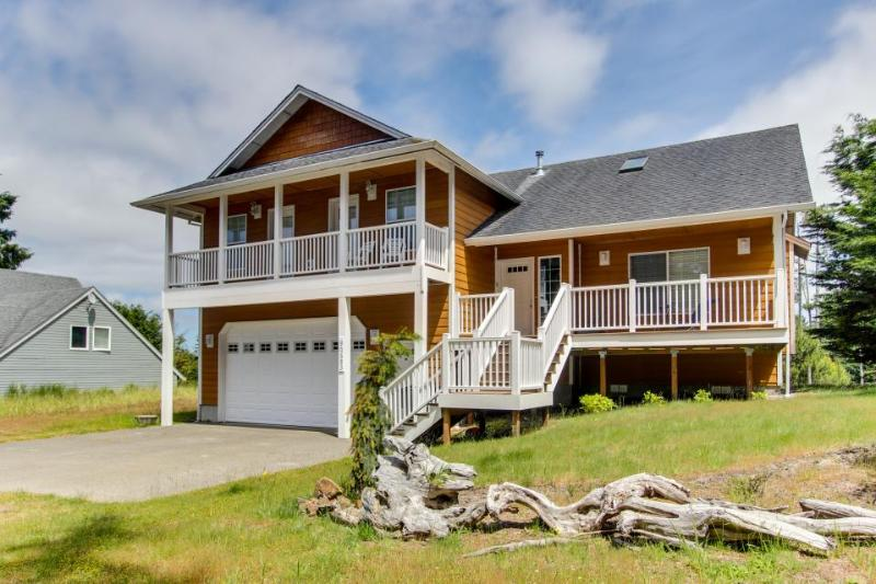 Great family home with a firepit - walk to the beach, golf, and Sunset Lake! - Image 1 - Warrenton - rentals