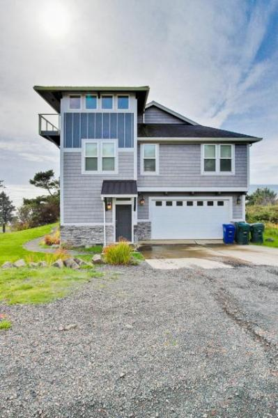 Modern oceanfront home w/private hot tub and space for the whole family! - Image 1 - Newport - rentals