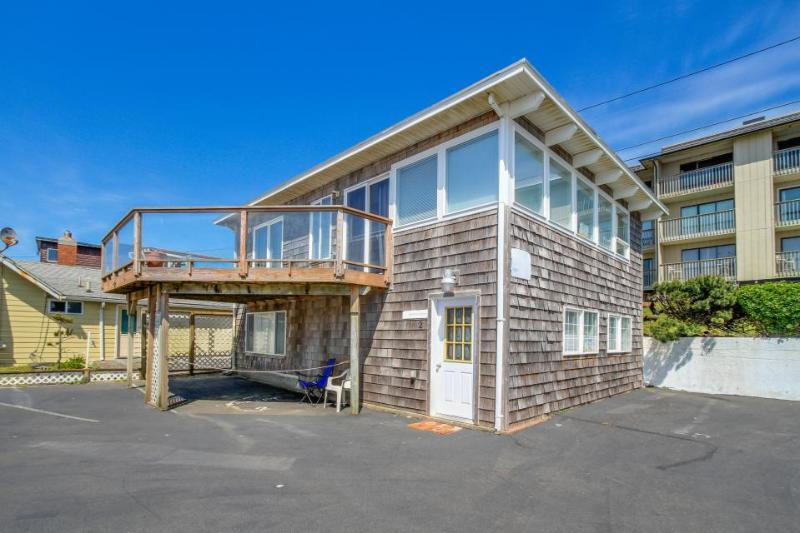 Comfortable condo w/ ocean views & immediate beach access, great location! - Image 1 - Lincoln City - rentals