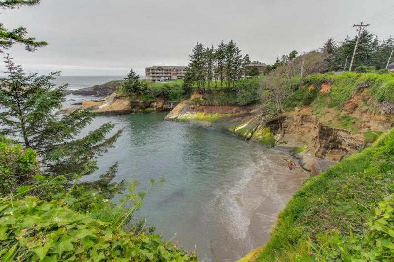 Oceanfront, oceanview cabin - whale-watch from the huge deck - Image 1 - Depoe Bay - rentals