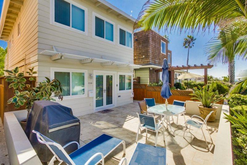 Front of condo Duplex w/ 1br upstairs and 2br/2ba downstairs - Don's Law Street Beach Loft: Large private balcony with BBQ - Pacific Beach - rentals