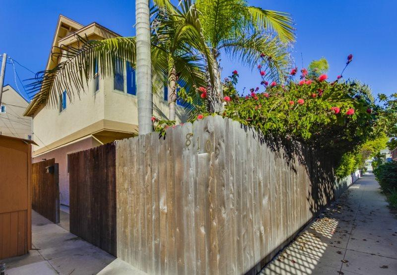 Mission Beach 3 bedroom house only one block from the ocean and a half a block to Sail Bay - Donna's Beach Retreat: One Block from Bay and Ocean, Fenced Yard, Outdoor Table, BBQ, Bikes, WiFi - Pacific Beach - rentals