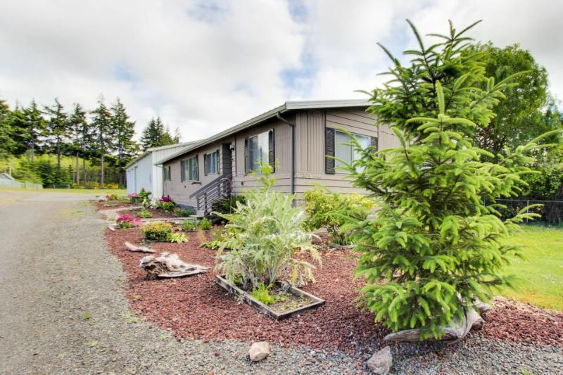 Bright, dog-friendly home w/ entertainment, great location - close to beach! - Image 1 - Coos Bay - rentals